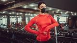 Врач советует не снимать маску во время занятий в фитнес-клубах 1
