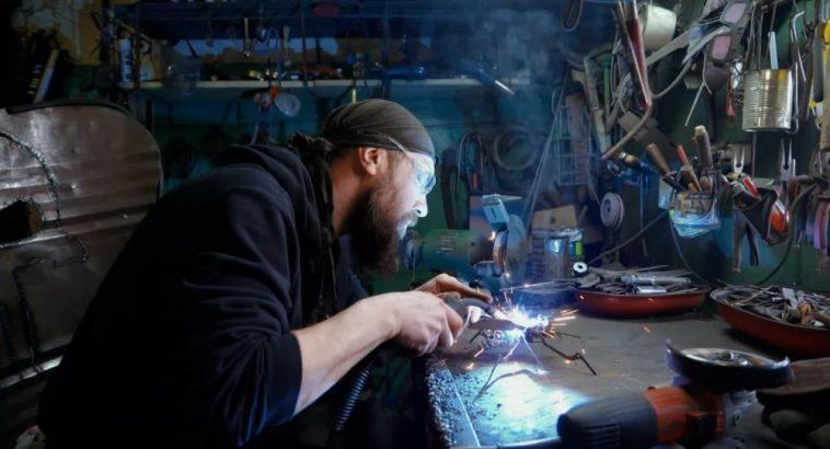 Минчанин изготавливает фигуры из старых запчастей – видео 1