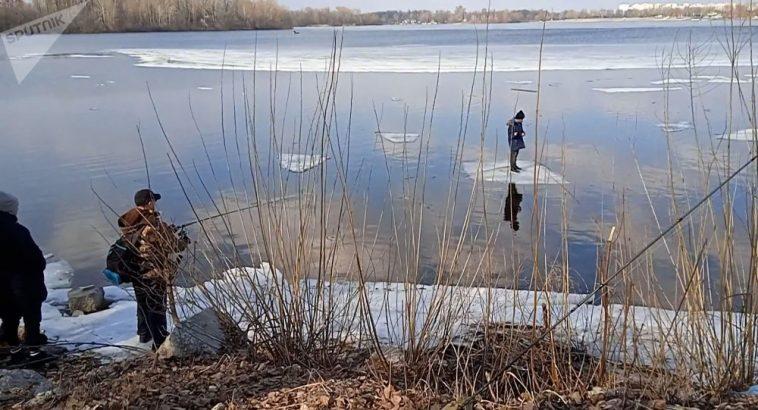 Рыбаки спасли плавающего на льдине мальчика с помощью спиннинга – видео 1